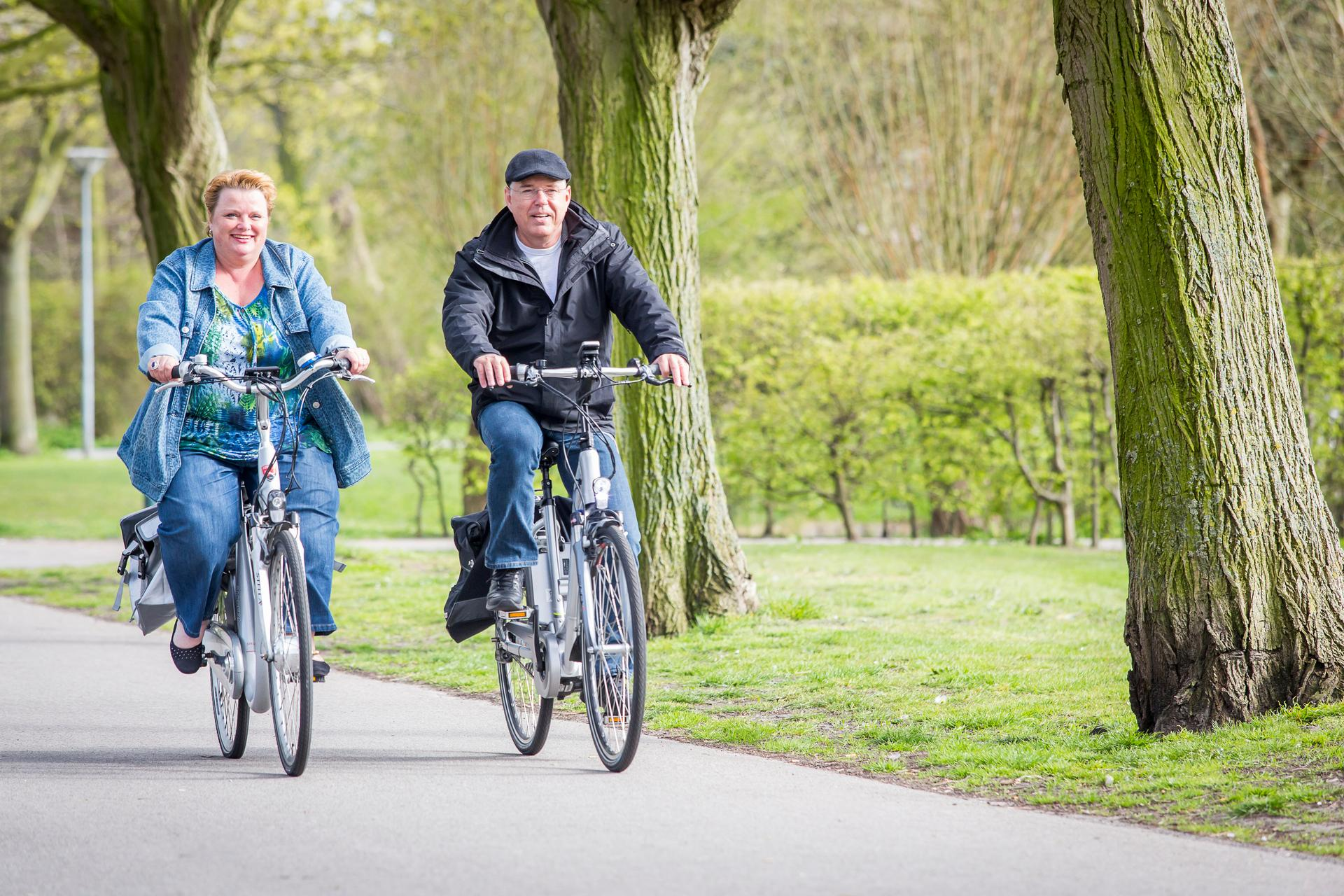 Man en vrouw op de fiets