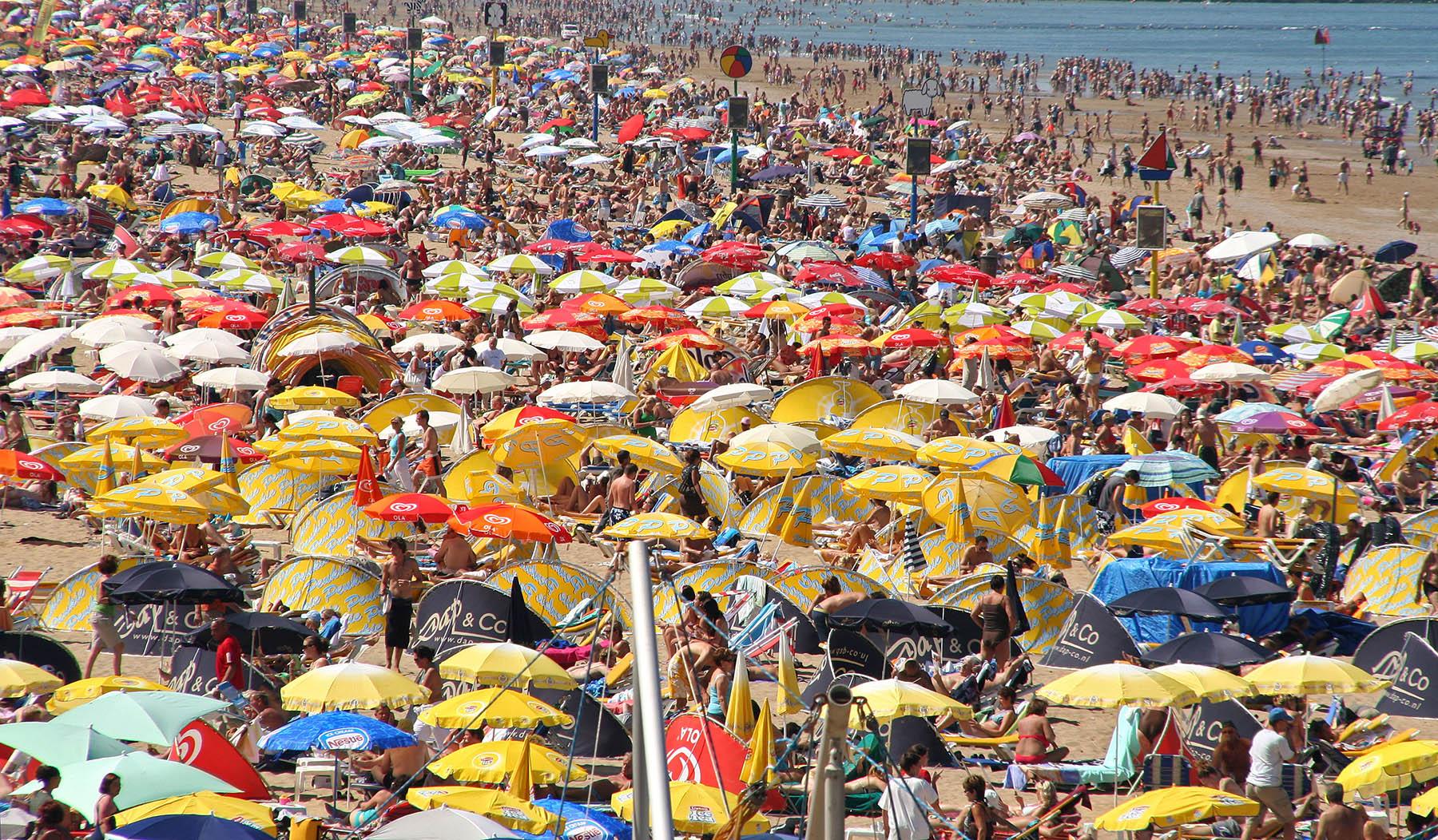 Strand van Scheveningen zit vol met mensen