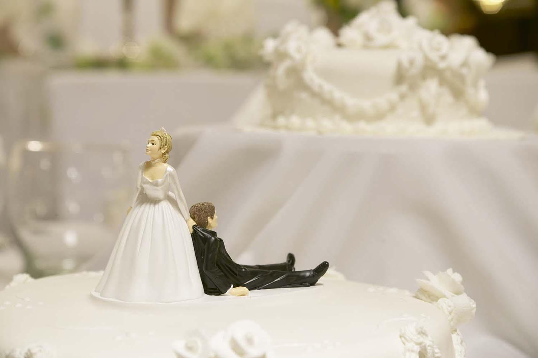 bruiloft taart bruide sleept bruidegom