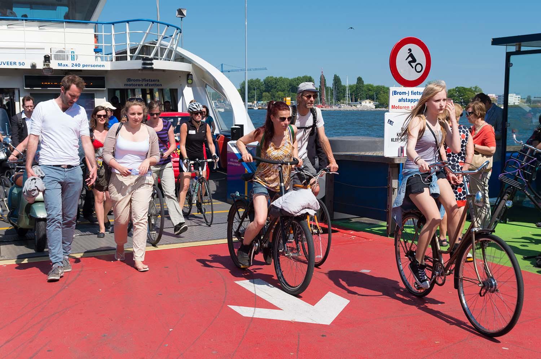 fietsers van een pont