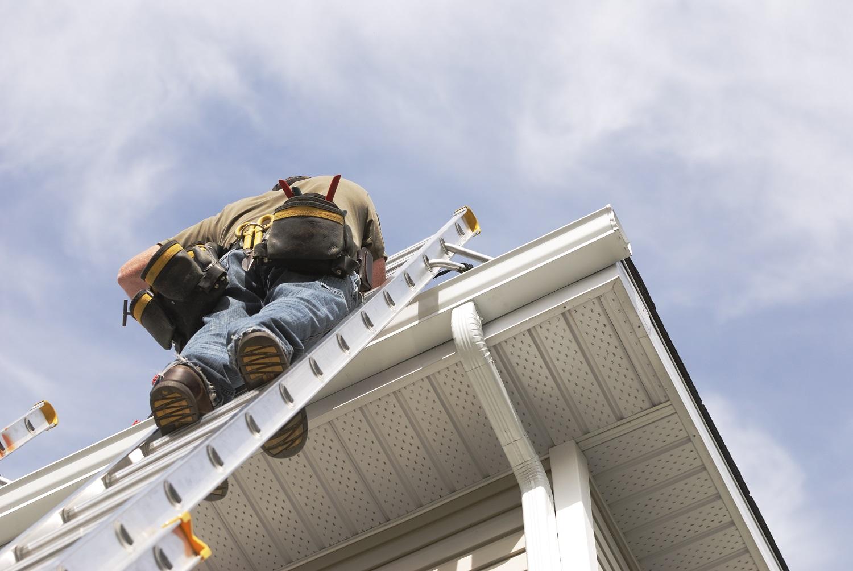 foto van man op een ladder
