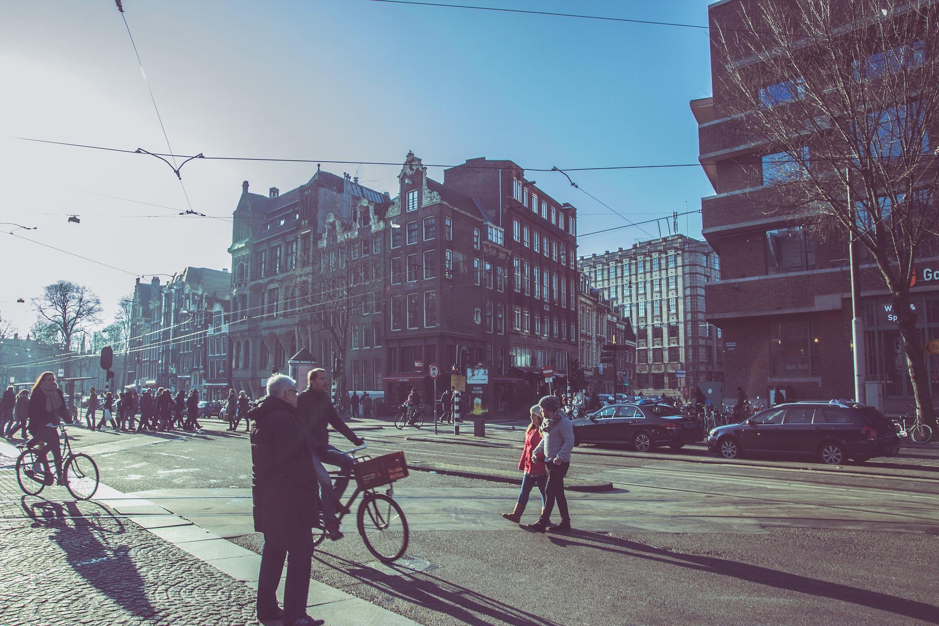 Voetgangers en verkeer in Amsterdam