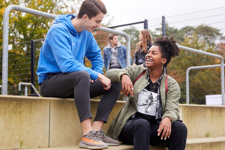 Jongeren op schoolplein