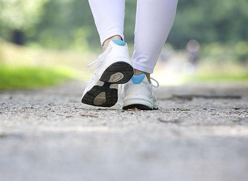 voeten met sportschoenen